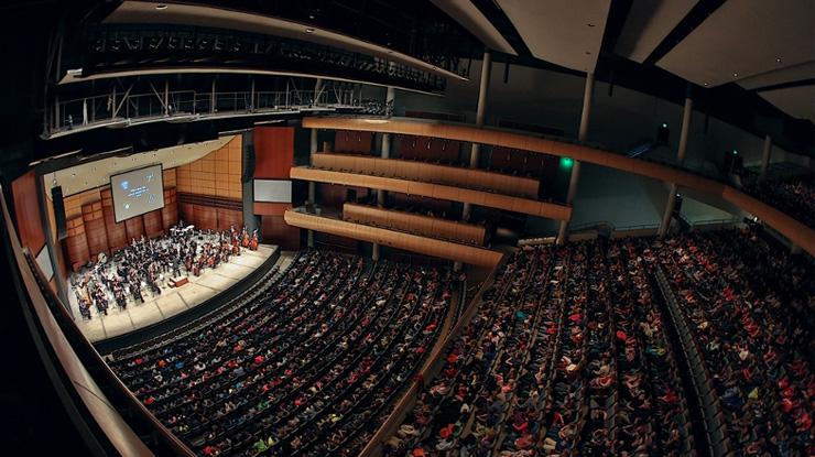 クラシックコンサートに適した服装