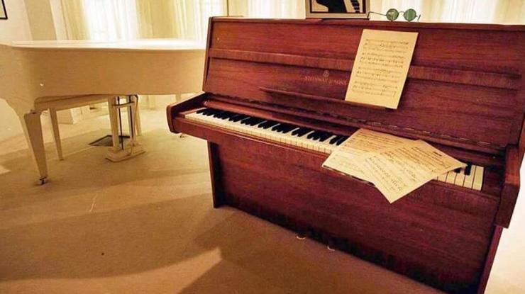 ジョンレノンのピアノ