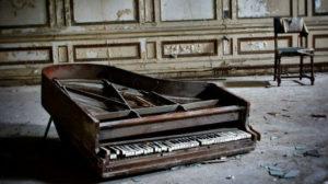 壊れた ピアノ