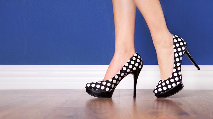 ハイヒールをはく女性の足