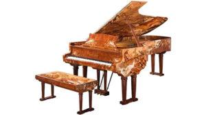 孔雀が描かれたピアノ