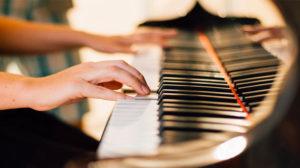 難しいピアノ曲を弾く女性