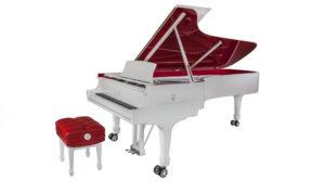 白と赤のスタインウェイピアノ