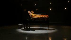 壇上に置かれた美しいピアノ