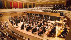 舞台で演奏するオーケストラ